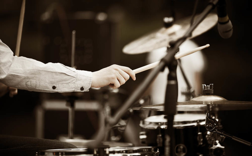 楽器初心者が無理なく新しく始めることができる楽器、それはドラムです!