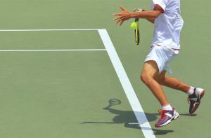 テニスの決め手はジャックナイフ!強烈なバックハンドで相手のコートにボールを叩きこもう!