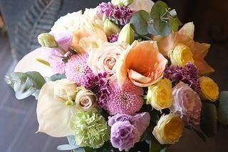 花を選びアレンジの実習 ヒーリングオブフラワーセラピー体験
