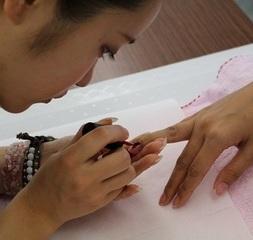 初心者からはじめる。ネイルケアとカラーリングをしっかり学べる。