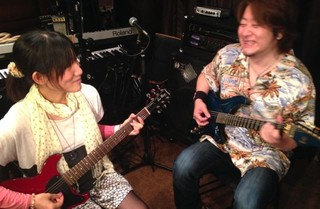 まずはギターを弾いてみましょう☆ギター体験☆