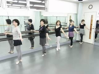 シニアのためのクラシックバレエ「名作準備」クラス