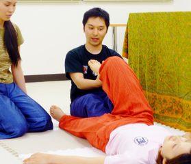 タイ古式マッサージの施術する側、受ける側を両方体感☆「私でもできるの?」を確かめる・一日授業体験会