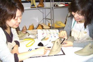 中級コース夜間クラス 本格的に靴作りを学びたい方に♪