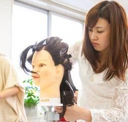 「どんな方でもプロのヘアアーティストを目指せる道がここにあります!」 ブライダルコース