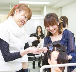 「どんな方でもプロのヘアアーティストを目指せる道がここにあります!」 セットサロンコース