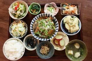 【和食カフェレッスン】野菜、穀物、魚などヘルシーな食材を使い、出汁をとるところから技術を学ぶ
