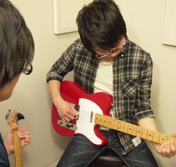 初心者の方におススメ!1対1で自分のペースに合わせて学べるギターレッスン!