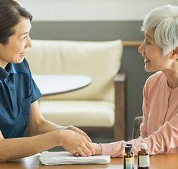 介護メディカルアロマ講座<アロマオイルトリートメントで高齢者の心身のケアをしよう!>無料体験あり