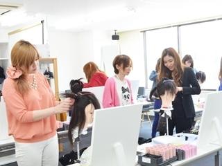 【日本ヘアセットスクール】 編みこみアップスタイルのヘアセット体...